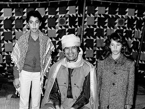Der libysche Staatschef Muammar al-Gaddafi mit zwei von seinen Kindern, Al-Saadi (links) und Aischa (rechts), 1986