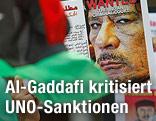 Demonstranten halten Schilder gegen Al-Gaddafi hoch