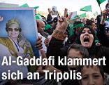 Gaddafi Anhänger jubeln in Tripolis