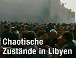 Tausende Demonstranten wirbeln auf einem Platz Staub auf