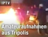 Demonstranten neben Feuer auf der Straße