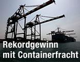 Verladekran in einem Containerhafen