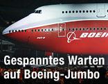 Boeing 747-8 steht in einer Werkshalle