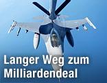 Ein Kampfjet wird in der Luft betankt