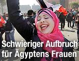 Ägyptische Frau jubelt am Tahrir-Platz in Kairo