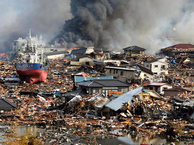 Schiff liegt auf einem Trümmerfeld