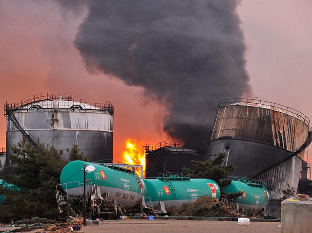 Eine Petroleumraffinerie in der Proving Miyagi steht in Flammen