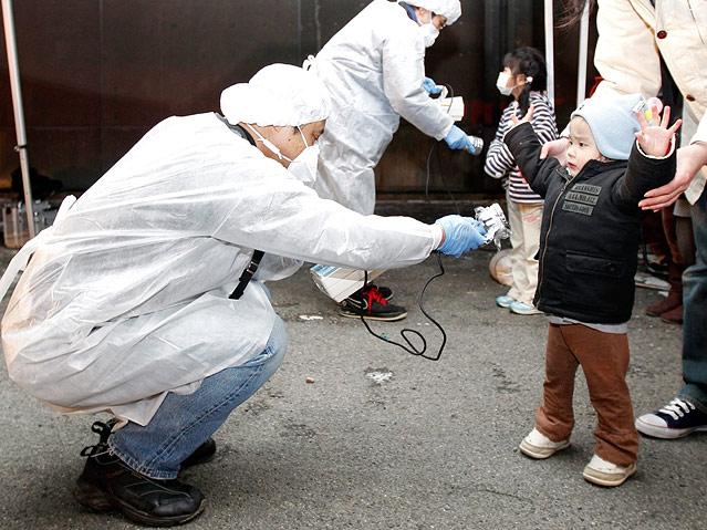 Ein Kind wird auf radioaktive Strahlung untersucht