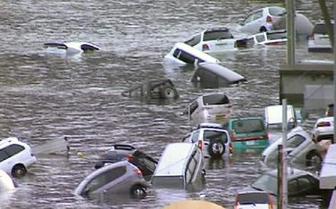 Vom Tsunami erfasste Autos