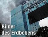 Bürogebäude und Rauchwolken