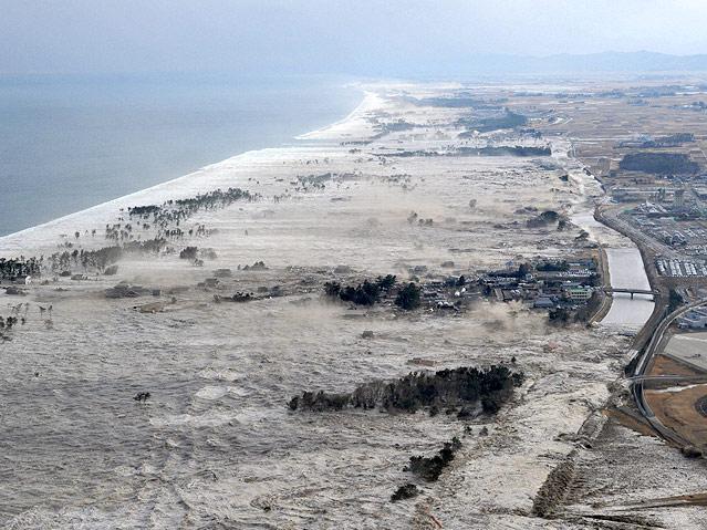 Tsunami trifft auf Küste