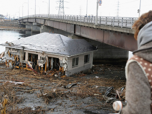 Unter Brücke gespültes Gebäude