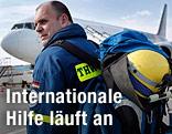 Helfer aus Deutschland auf dem Weg in das Katastrophengebiet in Japan