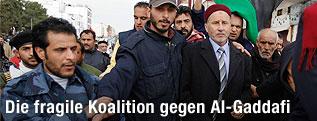Vorsitzende des Nationalrats der Rebellen, Mustafa Abdul Jalil mit Anhängern