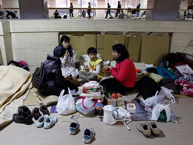 Evakuierte Familie in Schutzzentrum