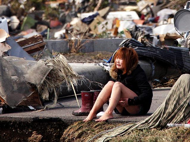 Weinende Frau in den Trümmern