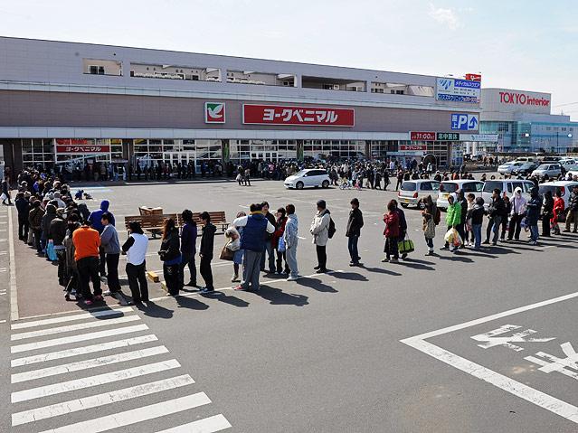 Menschenschlange vor Supermarkt
