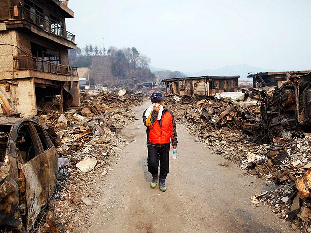 Mann wandert durch Trümmer