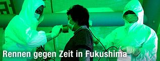 Mediziner messen mit Geigerzählern die Strahlenbelastung bei Evakuierten.