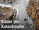 Ein Mann fährt in der völlig verwüsteten Stadt Kesennuma mit dem Fahrrad