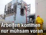 Arbeiter sprühen Wasser in Reaktor 4 von AKW Fukushima I in Japan