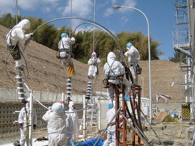 Arbeiter reparieren die Stromleitungen von AKW Fukushima I