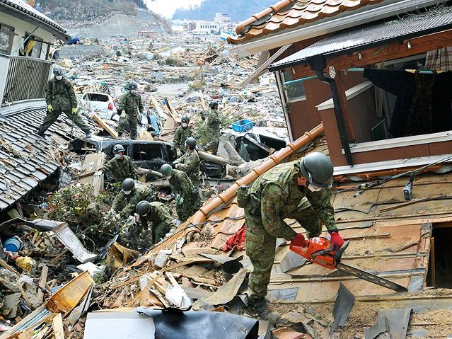 Japanische Rettungskräfte suchen nach Opfern des Bebens