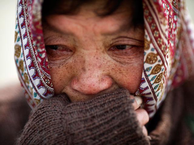 Eine 70-jährige Tsunami-Überlebende weint beim Abschied ihrer Nichte.