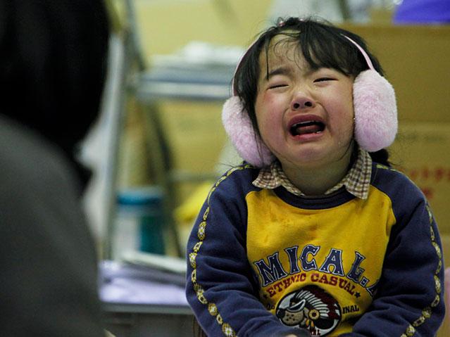 Weinende Mädchen in einer Notunterkunft
