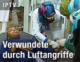 Verwundeter wird von Krankenschwestern versorgt