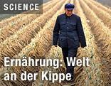 Mann geht durch Getreidefeld