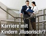 Mann und Frau sehen im Treppenhaus Akten durch