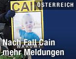 Foto des misshandelten und getöteten Cain bei einer Kundgebung