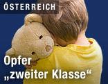 Kind drückt einen Teddybär an sich
