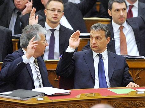 Ungarns Premierminister Viktor Orban hebt seine Hand bei der Asbtimmung