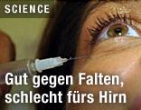 Frau bekommt Botox-Spritze
