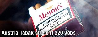 Mann hält Memphis-Zigarettenpackung in der Hand