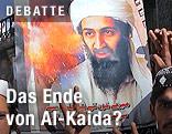 Männer halten ein Plakat mit einem Bild von Osama bin Laden