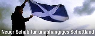 Nationalist hält Schottland-Flagge über Edinburgh