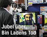 Mann verfolgt in einem Fernseher die Geschehnisse um Bin Ladens Tod