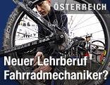Ein Mann repariert ein Fahrrad.