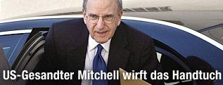 Nahost-US-Gesandter George Mitchell steigt aus einem Auto