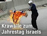 Pakistani zündet israelische Flagge an