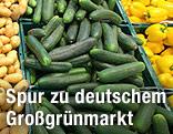 Gemüsekisten mit Kartoffeln, Gurken und Paprika