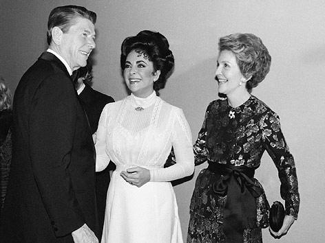 Ehemaliger US-Präsident Ronald Reagan, seine Frau Nancy Reagan und Schauspielerin Liz Taylor