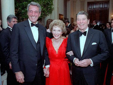 Ehemaliger US-Präsident Ronald Reagan, seine Frau Nancy Reagan und Schauspieler Rock Hudson