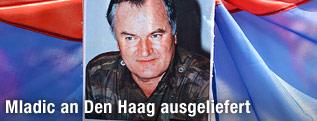 Ratko Mladic auf einem Poster zwischen serbischen Flaggen
