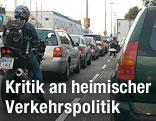 Mehrer Autos stehen in Wien im Stau
