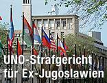 Flaggen vor dem Gebäude des UNO-Tribunals für Kriegsverbrechen im ehemaligen Jugoslawien.
