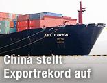 Containerschiff im hafen von Yangshan